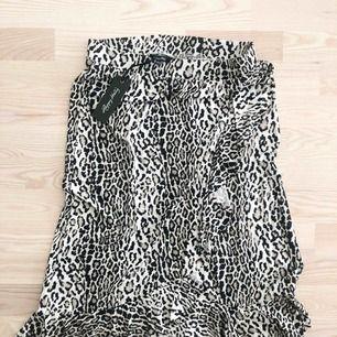 Jättesnygg leopardkjol i storlek 40/42. Aldrig använd och prislappen sitter kvar. Från Bubbelroom, märket är Happy Holly. Köparen står för frakten.