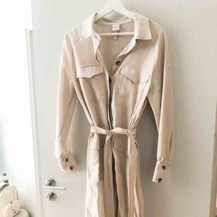 Snygg skjortklänning från H&M. Aldrig använd. Köparen står för frakten. Köpt för 500kr.