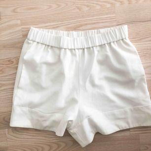 Snygga vita shorts ifrån Gina Tricot. Använd ca 2ggr. Köparen står för frakt.
