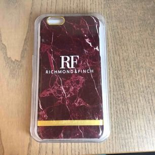 iPhone 6+ skal från richmond & Finch, vin röd marmor✨Aldrig använt legat i en låda så förpackningen har lite repor men inget som märks på skalet. Väldigt bra pris för ett skal som jag köpte för 449kr😊🥰