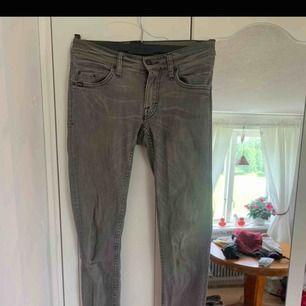 grå jeans från tiger of sweden.  en liten blekning (se bild)