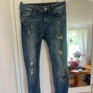 snygga slitna jeans från lager 157. modellen heter skinny.
