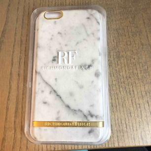 iPhone 6+ skal vit marmor. Säljer för att har inte använt. Legat i en låda så förpackningen har lite små repor men inget som syns på skalet. Köpte för 449 så tycker 200kr är rimligt pris 😊