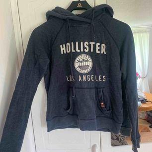 marinblå hoodie från hollister i storlek XS