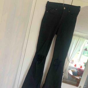 svarta bootcut jeans från Dr. Denim.  storlek 32 men mer som 34/36 då de är väldigt stretchiga. endast använda någon enstaka gång
