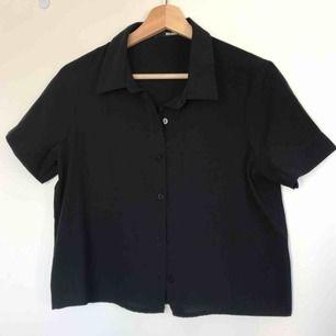 svart croppad skjorta från bikbok i tunt tyg perfekt till sommarvärmen