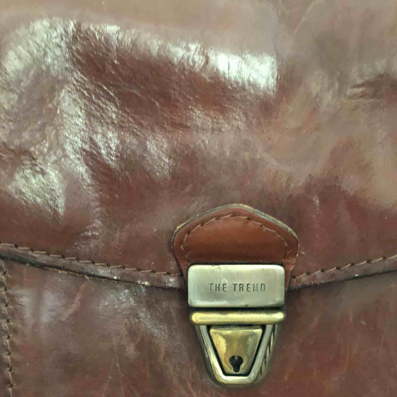 Brun skinnväska Axelrem kan hämtas i Malmö eller skickas  Köparen står för frakten. Väskor.