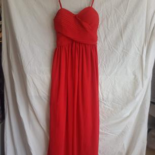 Röd långklänning.   Köparen betalar frakt. Kollar gärna in mina andra kläder och skor. 10 % rabatt vid köp av 2 saker, 15 % rabatt vid köp av 3 saker och 20 % vid köp av 4 saker.