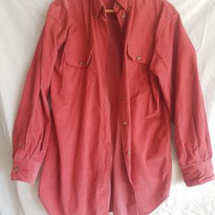 Röd manchester skjorta.   Köparen betalar frakt. Kollar gärna in mina andra kläder och skor. 10 % rabatt vid köp av 2 saker, 15 % rabatt vid köp av 3 saker och 20 % vid köp av 4 saker.