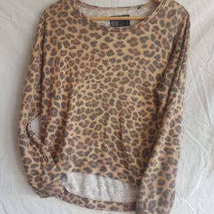 Leopardtröja.   Köparen betalar frakt. Kollar gärna in mina andra kläder och skor. 10 % rabatt vid köp av 2 saker, 15 % rabatt vid köp av 3 saker och 20 % vid köp av 4 saker.
