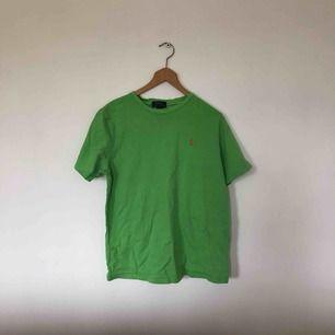 T-shirt från Ralph Lauren i gott skick.  Nypris 300kr. Storleken är 18-20XL men motsvarar en Medium.