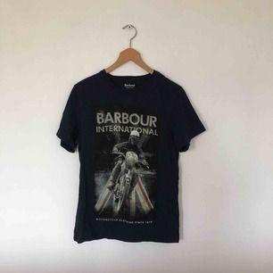 T-shirt från Barbour i gott skick. Inköpt i England för 450kr.