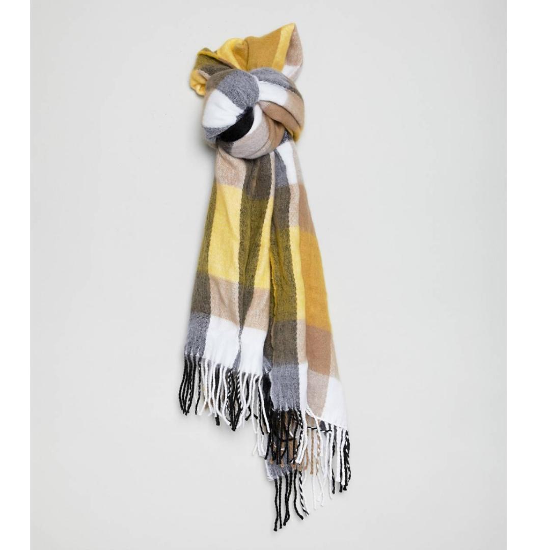 Säljer denna supermysiga halsduken! Ganska stor och varm! Använd kanske 2 gånger i våras! 🌼 Nypris 300kr . Accessoarer.