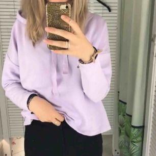 Pastel lila tunn hoodie. Köpt på pull & beer för ett år sedan. Bra skick, endast använd 1 gång