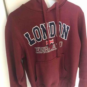 Hoodie köpt i London. Vinröd, bra skick💖💖💖 vet ej märket köpt på en marknad