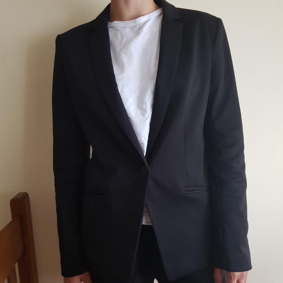 En svart blazer köpt i Kroatien nu i sommar. Tänkte använda den för bröllop men hitta en klänning istället. Den sitter lite tajtare på midjan och passar jättebra till utsvängda byxor. 🖤. Kostymer.