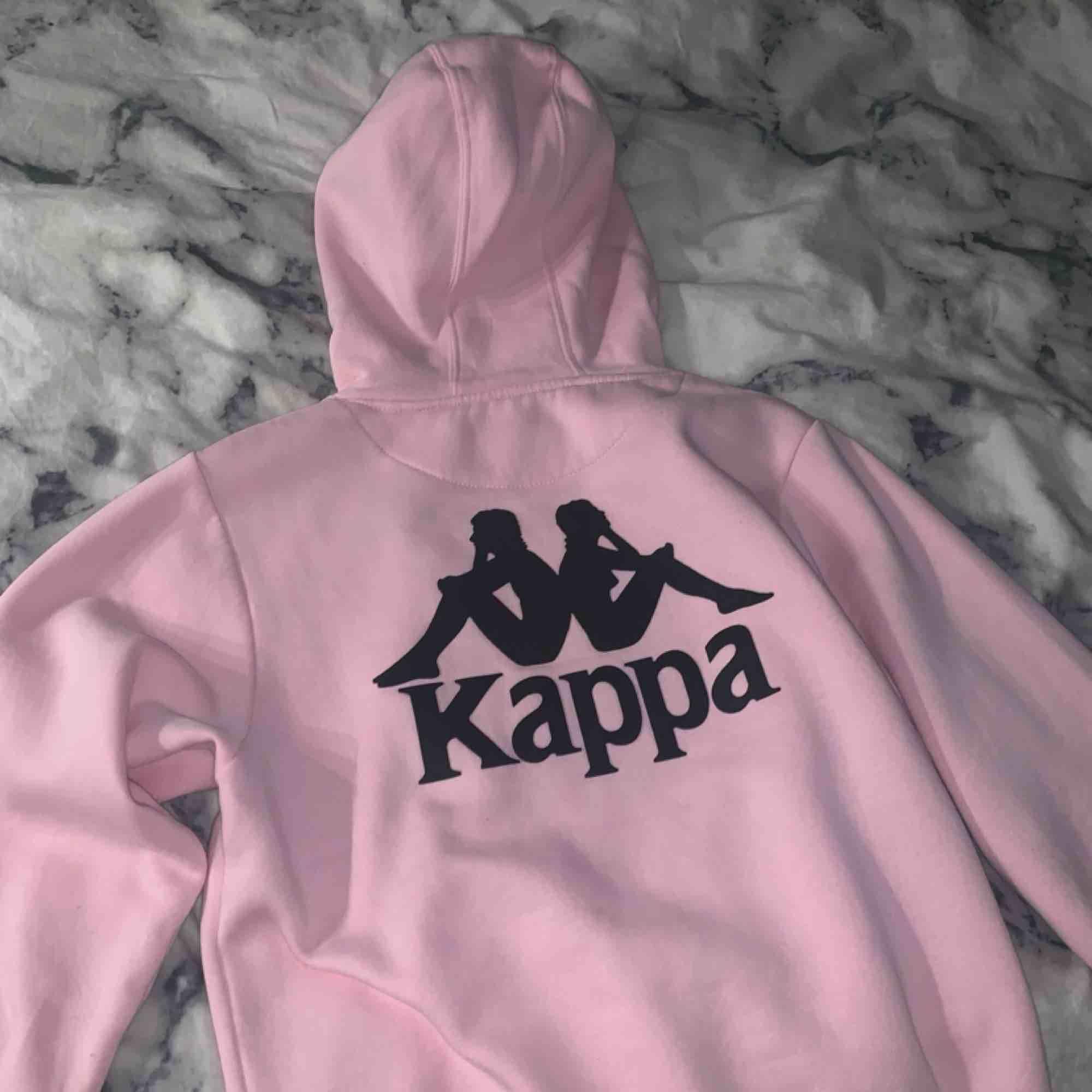 Fin rosa kappa hoodie! Storlek XS Säljer pga kommer aldrig till användning. Väldigt bra skick  Fraktar. Huvtröjor & Träningströjor.