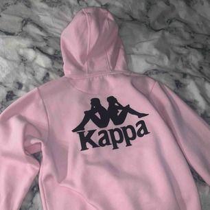 Fin rosa kappa hoodie! Storlek XS Säljer pga kommer aldrig till användning. Väldigt bra skick  Fraktar