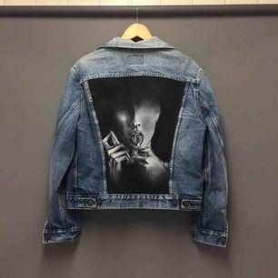Säljer en Levis jacka med handmålad baksida. Ska föreställa Megan Fox från Jennifers Body när hon tänder eld på tungan. Med tanke på att jag har lagt ner  mkt tid på den, det e äkta Levis jacka samt att den tål 40c, frakten kommer på 149kr!