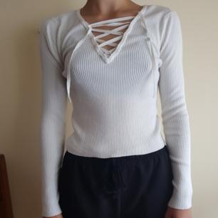 En vit tröja från H&M som sitter tajt och passar till fester.🥰 Den är änvänt fast inte sliten. Köpt i Berlin för ett halv år sen.  Får verkligen ens kropp att se snygg ut. 😍Storleken är S (34/36). Säljer pga att den inte kommer till användning.