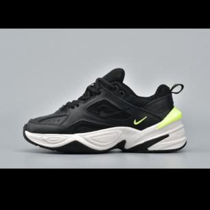 Slutsålda Nike m2k tekno sneakers i colourway black volt. Strl EU 38,5.    Inköpta på Kith i New York och är aldrig använda. Kommer med originallåda och kvitto.
