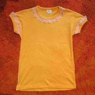 Supergullig t-shirt från 70-talet! Knappt använd, jättemjuk bomull med jättefina spetsdetaljer🌼 säljer pga har redan en likadan! Står att det är barnstorlek 150, som är som en xs⭐️