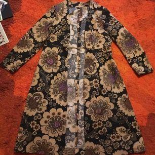 Fantastiskt fin kappa i polyester! Bra skick🐛