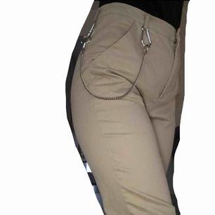 (OBS! KEDJAN MEDFÖLJER EJ!) Snygga beiga byxor köpta från BikBok. Står storlek S, men skulle säga att dom funkar på en som brukar ha M med. Använda fåtal gånger därmed i gott skick! Frakt tillkommer och betalningen sker via Swish.