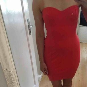 Hallonröd tubtopp klänning