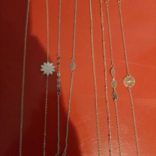 Helt oanvända fotlänkar. De två till vänster är rosé färgade, de två i mitten är i silver och de fyra längst till höger är guld. Om du inte vill köpa alla så säljs de silvriga för sig, de rosé färgade för sig och de fuldiga för sig. 2 för 12. 4 för 22 Alla för 35.