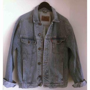 Vintage jeansjacka från Crocker.  På bilden ser ni mig som vanligtvis har strl S