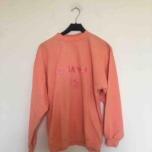 """Laxrosa """"Chanel"""" sweatshirt köpt secondhand. Uppskattningsvis storlek M. I fint, begagnat skick. 200 kr plus porto. 💞"""