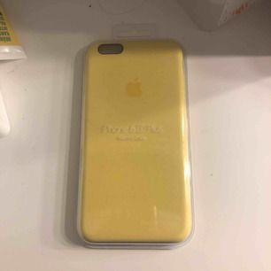 Ett snyggt mjukt silicone skal från Apple. Oöppnad och inköpt för 400kr Säljer för 200kr då jag tycker det är ett timligt pris för ett oöppnat fint skal från äpple. Skalet passar för både iPhone 6s+ och iPhone 6+.