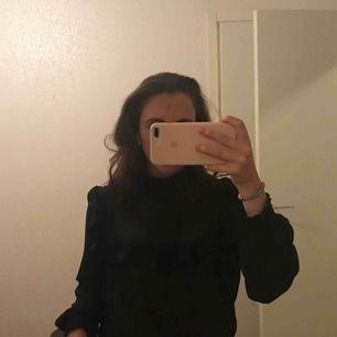 Denna superfina svarta blus ifrån Gina! Så fin! Jag har storlek S i mina kläder men denna i 38 passar perfekt