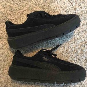 Puma Sude Trace Animal Platform sneakers i storlek 37,5. Normala i storleken.  Använda max 5ggr så perfekt skick. Kan hämtas i Sköndal i Sthlm eller postas mot fraktkostnad fram till 25/11.  Nypris 1199:-
