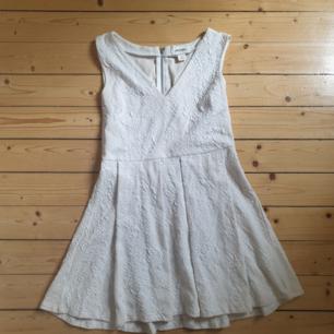 Gräddvit v-ringad spetsklänning ifrån Monki. Endast använd en gång. Köparen står för frakten(42kr)!🌻