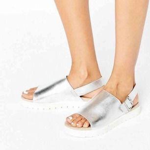 Silvriga sandaler från Monki i bra skick. Stl: 39. Nypris: 350. Säljer för 120:-.   Finns i Bromma! Kan mötas centralt i Sthlm. Först till kvarn prioriteras.
