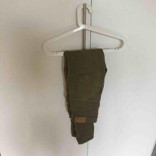 Ett par militär gröna jeans från Gina. Använda några gånger men i helt bra skick. Modell Molly vilket är högmidjade jeans. Frakt tillkommer. Strl. M men passar nog mer S då det är väldigt tighta jeans.