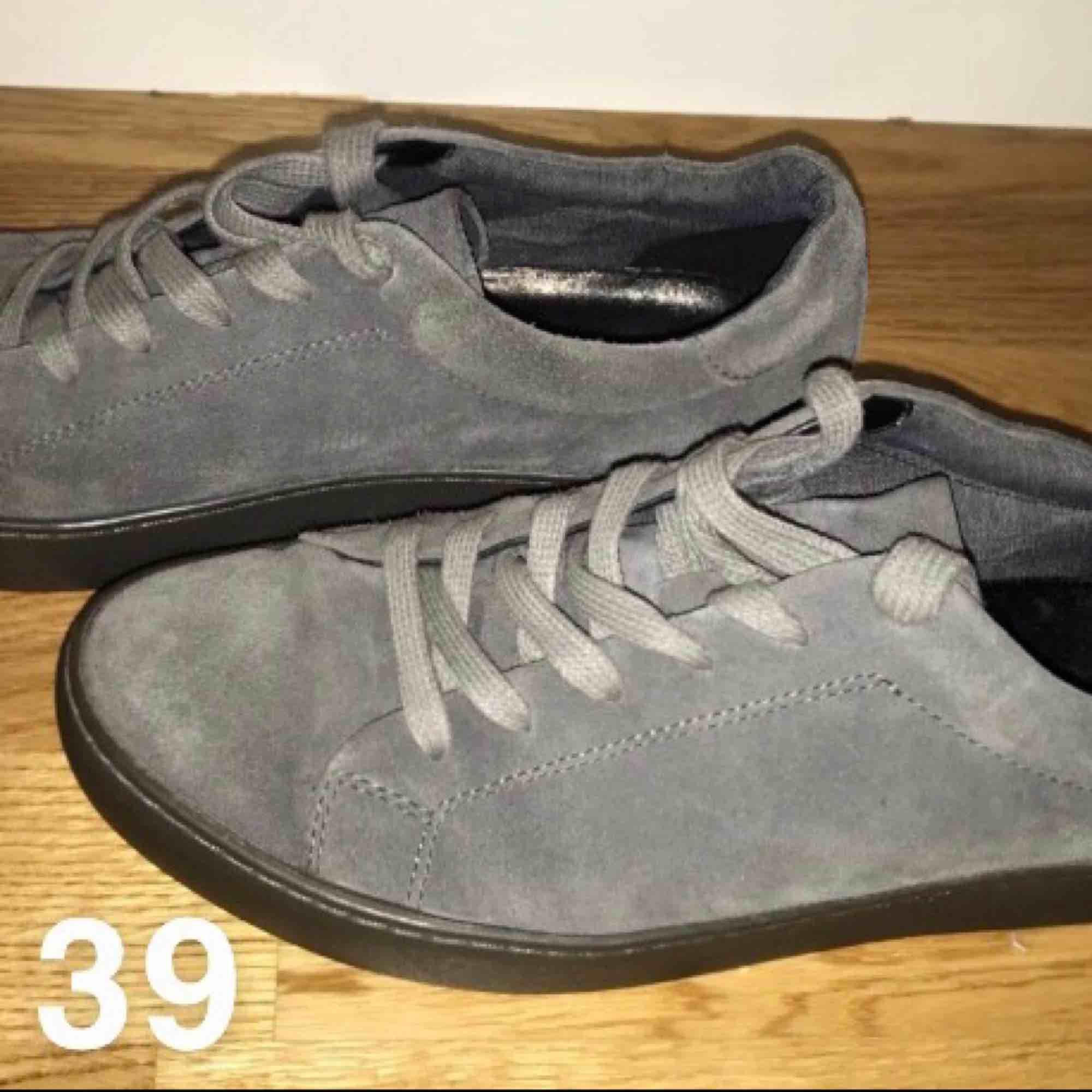 Vagabond sneakers. Grå. Använda förra våren. Sköna och mjuka. Ger fina avlånga fötter. . Skor.