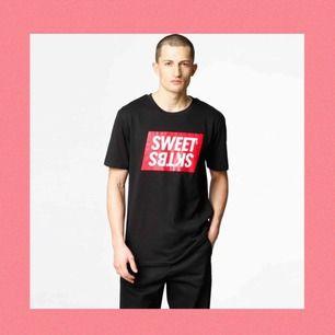 Snygg t-shirt från märket SweetSktbs. Köpt för 249kr. Använd men i gott skick. Frakt tillkommer och betalningen sker via Swish.