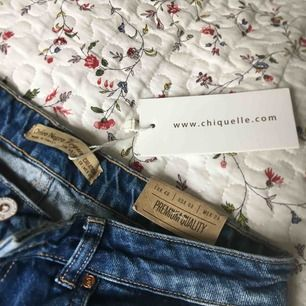 Ripped jeans från Chiquelle. Aldrig använda med lappen kvar. Säljer för att de varken är min stil eller passar mig. Lite tunnare material så passar nu till sommaren!! Nypris ca. 500kr. Frakt tillkommer.