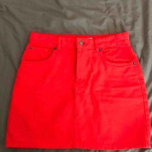 """Röd kjol från Pull&Bear. Använd. Storlek M. Brukar vanligtvis ha S men den var för tight runt rumpan. På mig är denna lös vid """"midjan""""."""