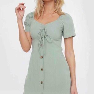 Storlek 38 men sitter som 36. Grön klänning köpt från Chiquelle. Webbsidan rekommenderade mig att köpa en storlek större men den blev lite stor.   Kan mötas upp i Stockholm. Kan även frakta men det står köparen för (59kr).