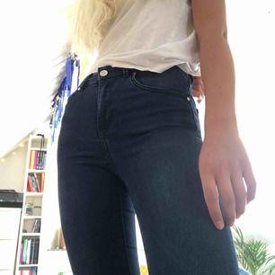 Höga mörkblåa stuprörs jeans