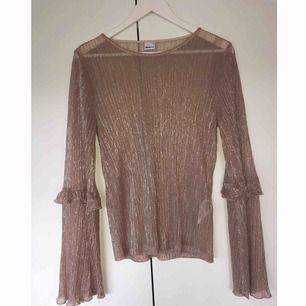 Guld/silvrig glitter tröja från Gina Tricot, genomskinligt tyg. Storlek M. Använd 1 gång. Frakt på 18kr tillkommer.