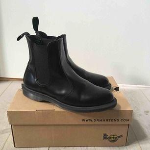 Helt nya, nästan oanvända, Dr Martens modell Flora (black, polished smooth).  Stl. 40. Säljs pga köpt fel storlek.