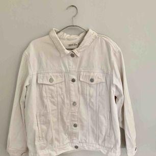 🌈 GÖR TOTALRENSNING AV JACKOR PGA FLYTT 🌈    Superskön och fin vit jeansjacka i använt skick. Passar till allt.   Kan mötas upp i Uppsala, Stockholm eller fraktas.