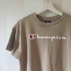 Croppad Champion T-shirt köpt här på Plick men oanvänd av mig   Frakt tillkommer på 36kr
