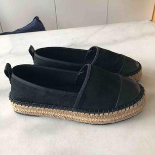 Fina espadrillos liknande skor från Asos. Helt oanvända, säljes pga fel storlek. Strl 38 men små i storlek.  Frakt på 54kr tillkommer.