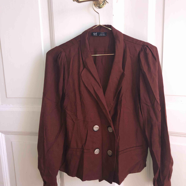 Blazer i storlek S. Färgen gör sig mer rättvis på andra bilden! Väldigt sparsamt använd.. Kostymer.